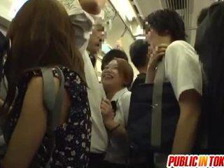 Ученичка gives а ръчна работа на на автобус