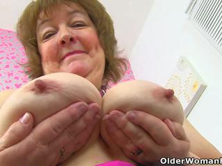 Angļi vecmāmiņa susan feeds viņai izsalcis cunt ar dildo