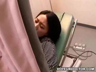 Slēpts voyeur kamera pie gynecologist