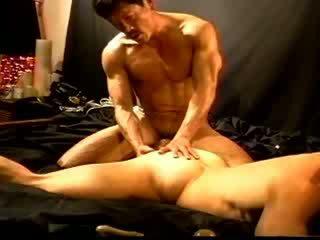 Siksaan alat kelamin pria sebuah seksi asia muscle tiang fucks dan kemudian squeezes dan bashes itu sebuah putih muscle stud's buah zakar.