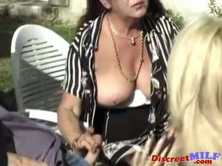 Harig rijpere vrouw likes het in de bips