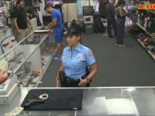 Poliisi upseeri kanssa valtava koekäytössä got perseestä sisään the takahuone
