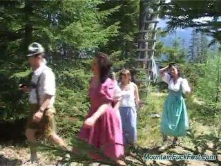 Foresters un viegli dolls having imbecilic komanda porno iekšā atvērts gaisa