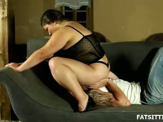 Groot en sensuous leny facesits haar obedient serf