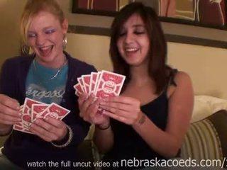 Two chaud poussins losing à jeu de strip poker
