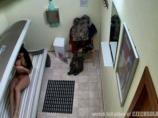 Voyeur real footage desde un espía camera en solárium