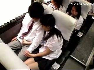 Schoolmeisje aftrekken af guys lul op de schools bus reis
