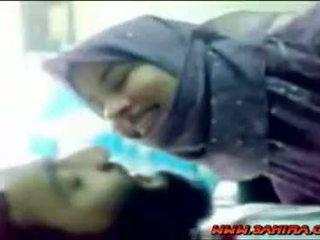 귀여운 hijab shows 그녀의 몸