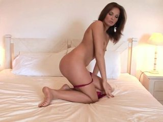 Hotty puts a ogromny seks tool w jej cipka
