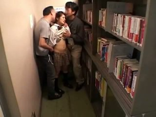 Schoolgirls apalpada por perverts em schoollibrary 7