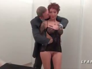 Mini etek francaise aux gros seins se fait bourrer le cul