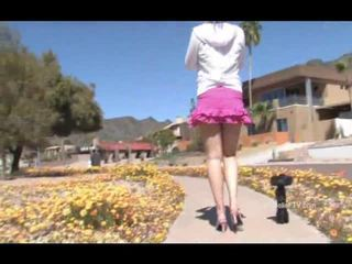 Danielle اللعب onto ال sidewalk