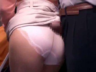 Young mother reluctant jemagat öňünde awtobus orgazm