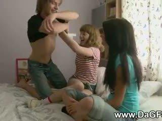 Harcore مجموعة من ثلاثة أشخاص مع schoolgirls