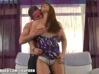 Sexy jeune femme fucks an plus homme à orgasme