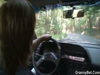 Velho putas gets nailed em o carro por um stranger
