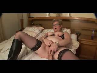 Oma in bril en kniekousen groot tepels masturbates
