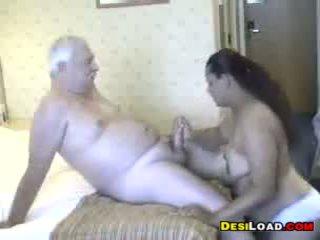 Thick indien prostituée avec an vieux guy