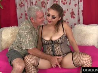 Sexy buclatý dívka gets fucked a připojenými opčními v ústa