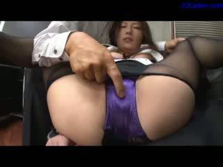 Kantoor dame in panty en lingerie amrs tied naar benen getting haar poesje rubbed stimulated met vibrator fingered