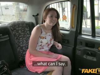 Seksikäs candi sucks ja fucks sisään the taxi