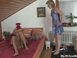 Blondine moeder in wet taboe seks