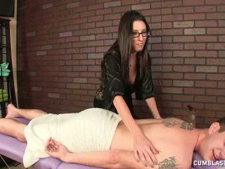 Karstās brunete masseuse causes a liels spermas izšāviens