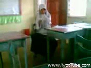 Wideo - malibog na classmate pinakita ang pepe sa klasa