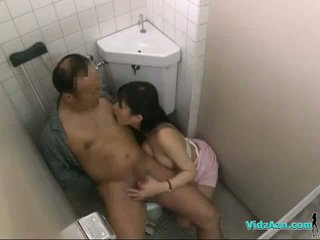 Enfermeira com peluda cona a montar em paciente caralho a chupar e a masturbar sua caralho em o toilette