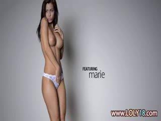 Sexig mager brunett beröring henne puss
