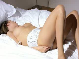 Vollbusig schulmädchen wow stripping auf ein bett