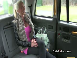 Krūtinga suomiškas blondinė bangs į taxi analinis realybė