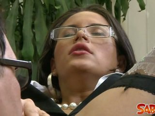 Karstās brunete sekretāre gets fucked uz clothes