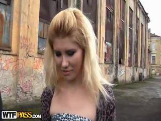 Heet uit van doors bump dicht naar een gemeen blondine