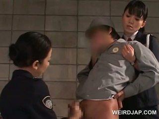 Loceklis starved aziāti policija sievietes giving handjob uz ieslodzītas