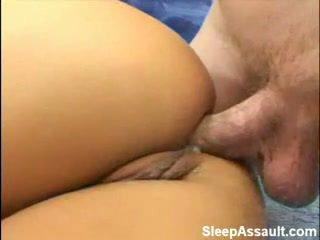 Blondīne fucked uz viņai pakaļa kamēr guļošas