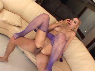 Bizarro anal jogar em purple fishnets e luvas