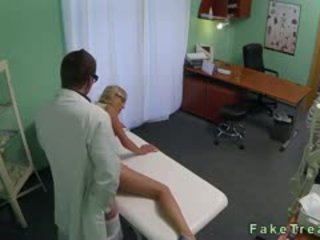 Blondine met heet benen geneukt door dokter in fake ziekenhuis
