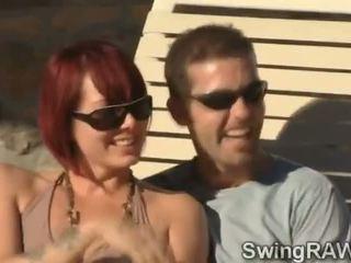 Ini kolam renang pesta adalah an alasan untuk membuat tukar-menukar pasangan couples mendapatkan menjijikan