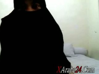 Niqab ir shaking viņai liels apaļš pakaļa