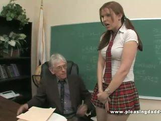 Studentská fucks nepříjemný starý učitel na projít třída
