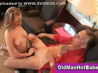 Ginintuan ang buhok tinedyer supsupin off older guy