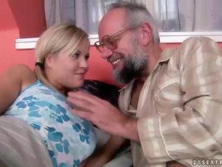 Grootvader en tiener having plezier en heet seks
