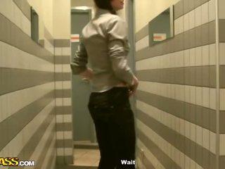 Het flickor offentlig toalett djupahalsen av two rods