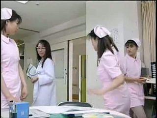 Asiatiskapojke sjuksköterska sugande patienten