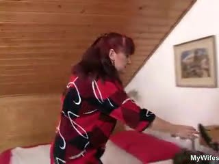 Lewd mother-in-law toying שלה מגולח כוס לאחר מכן takes שלו זין