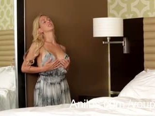 Hot blond milf cherie deville cums så god