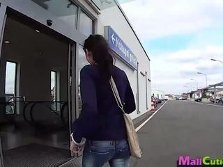 Mallcuties - amateur meisje sucks een stranger in een winkel.
