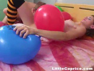 Tempo para o balão popping em torno de perverso pouco caprice!