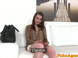 Fakeagent chaud jeune nana wants à obtenir riche rapide avec blowjobs et baise